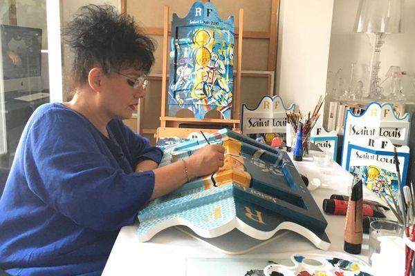 A Sète, Thérèse Ouaki-Morello peint depuis près de trente ans les pavois remis aux vainqueurs des joutes de la Saint-Louis.