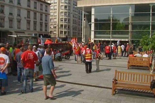 Des salariés du groupe Kem One devant le palais de justice de Lyon à l'heure où le tribunal de commerce doit se prononcer sur le choix d'un repreneur ... (09/07/13)