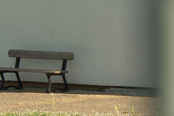 Le banc de l'école maternelle du Lys, à Périgueux.
