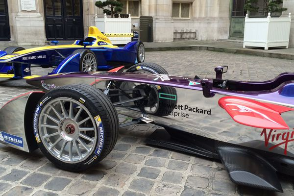 Des voitures de Formule E, dans la cour de l'Hôtel-de-ville de Paris.