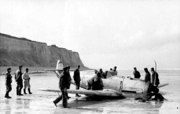 Un Messerschmitt Bf109 échoué sur une plage française de la Manche en 1940.