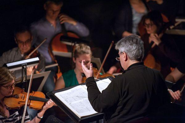 Jean-Yves Ossonce (de dos), lors d'une répétition à l'Opéra de Tours en 2015.