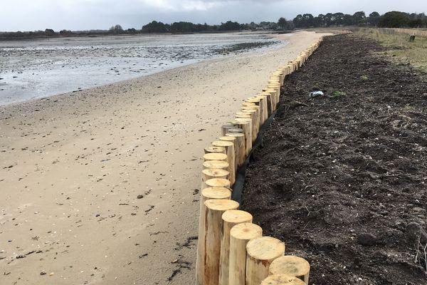 La jetée de Mesquer et la côte l'entourant ont été grignotées par la marée ces dernières années.