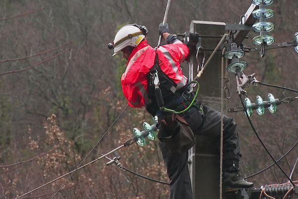Les agents Enedis s'activent depuis hier matin à réparer les lignes électriques endommagées.