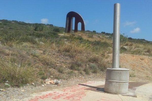 Plus de drapeau ni de plaque commémorative mais une inscription signée FN sur le monument des Catalans.