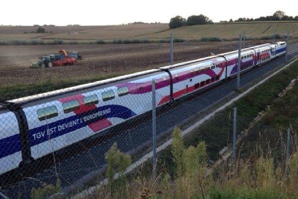 La rame d'essai du TGV-Est à son passage lundi à Gougenheim