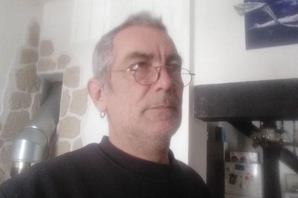 Gilles Miot est confiné chez lui depuis le 17 mars, en tant qu'intermittent, il est inquiet pour son avenir
