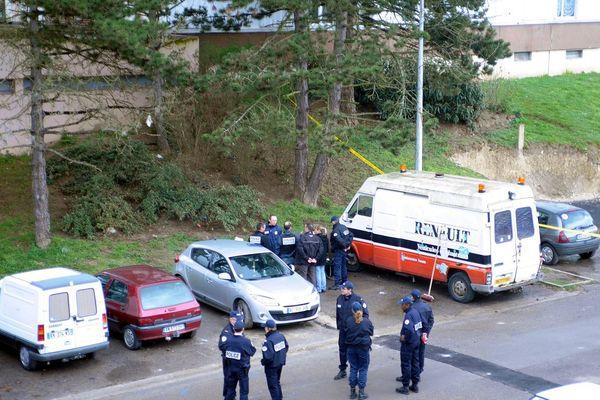 Photo de la police judiciaire après le meurtre par balle d'une femme en 2011 au Clos des Roses (Compiègne)