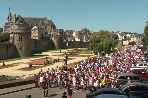 A Vannes, au moins 4 000 personnes défilaient contre le pass sanitaire, le 14 août 2021.