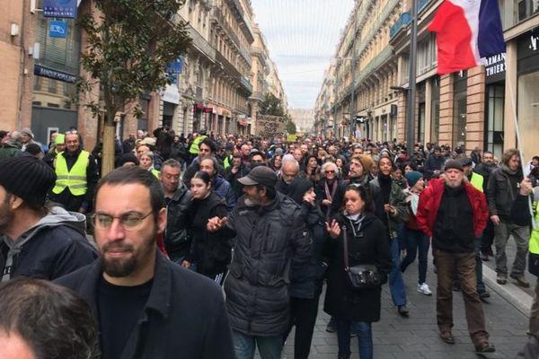 Les Gilets jaunes en cortège rue Alsace-Lorraine à Toulouse ce samedi après-midi.