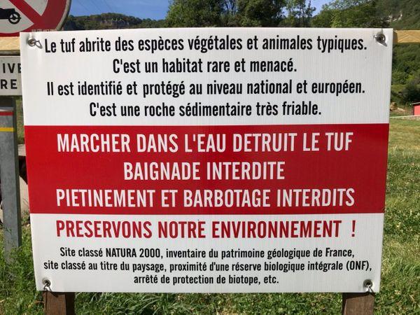 Depuis que la mairie a posé ces panneaux, les baignades sont bien moins nombreuses.