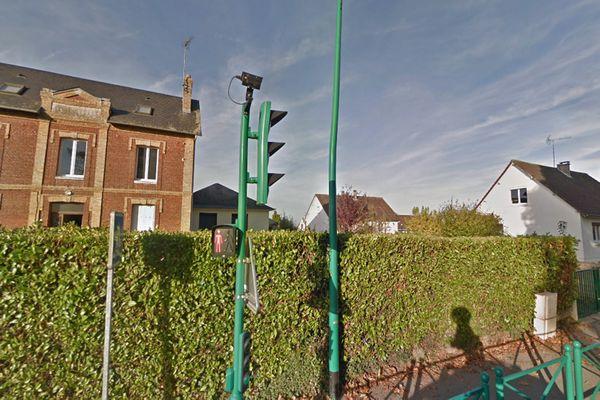 Feu à capteur de vitesse à une intersection de Saint-Paër (Seine-Maritime)