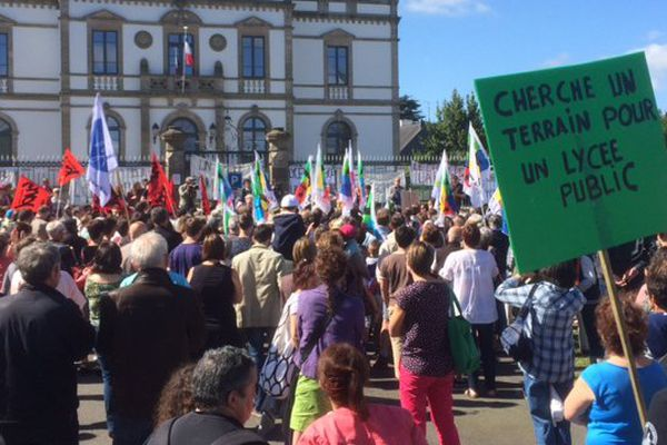 Plus de 800 manifestants dans les rues de Ploërmel pour réclamer la construction du lycée public