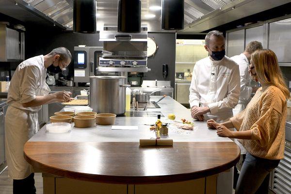 Dans les cuisines du chef Christophe Hay pour préparer une recette zéro déchet