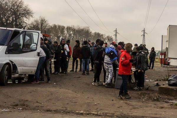 Les associations organisent régulièrement des distributions de repas pour les migrants à Calais. Photo d'archives.