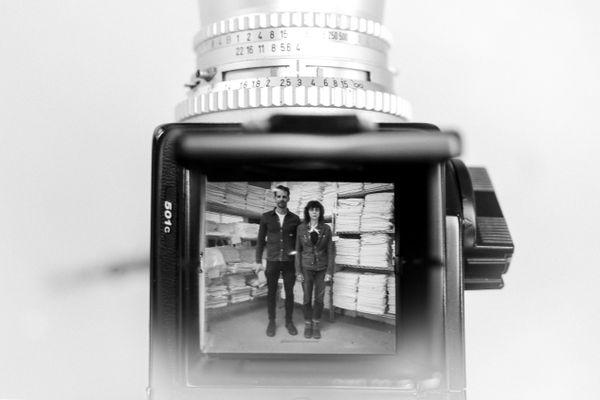 Les deux photographes Françoise Dorelli et Thomas Symonds réalisent les portraits de français, après un an de Covid