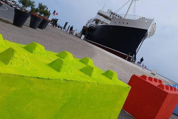 Des blocs en béton en forme de légo au Barcarès.
