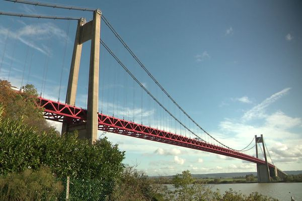 Le pont de Tancarville franchit la Seine entre Tancarville (Seine-Maritime) et Marais-Vernier (Eure).