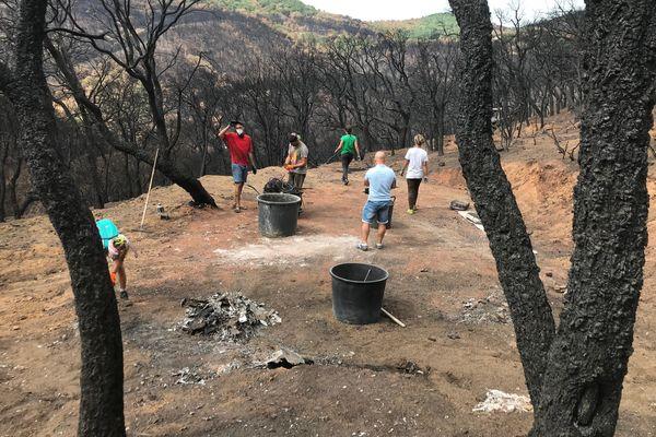 Une quinzaine de bénévoles se relaient pour retirer du sol tous les restes de métaux issus de leurs anciennes habitations détruites par le feu.