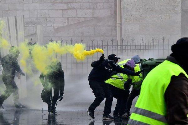 Affrontements place Pey Berland lors de la dixième journée de mobilisation des Gilets jaunes