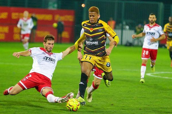 Valenciennes a réussi à contrer les offensives lensoises, confortant ses chances de maintien.