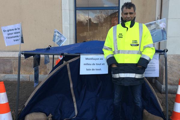 Christophe Guerreiro a entamé une grève de la faim lundi 15 janvier à Montluçon, dans l'Allier, afin d'alerter politiques et usagers sur la question du rail dans la ville.