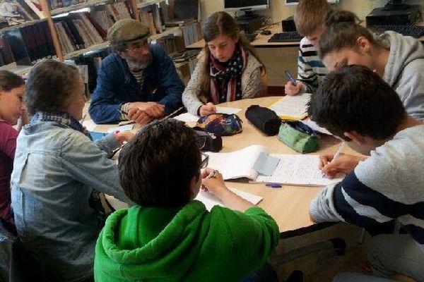 Collégiens et auteurs sont en plein atelier d'écriture.