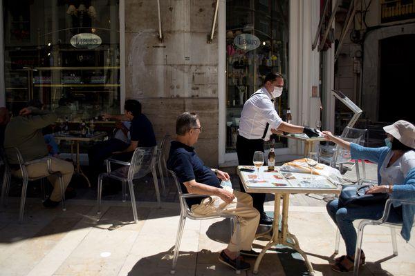 En Catalogne, les régions de Gerone et Figuérès passent en phase 1 du déconfinement ce qui les autorisent à ouvrir les terrasses des bars et restaurants. Deux mêtres doivent séparer chaque table.