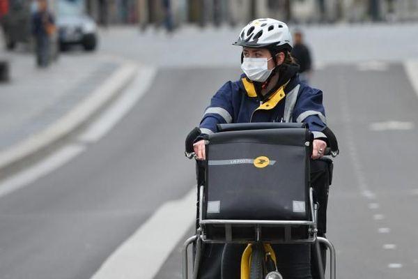 À pied, à vélo ou en camionnette, le facteur distribue le courrier. Et, en zone rurale, il est souvent un interlocuteur privilégié.