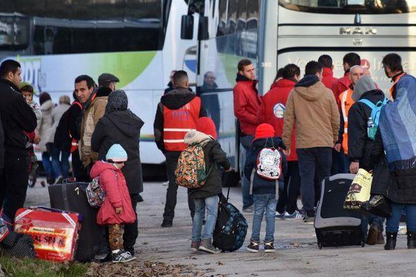 Les premières familles quittent le Centre Jules-Ferry de Calais.