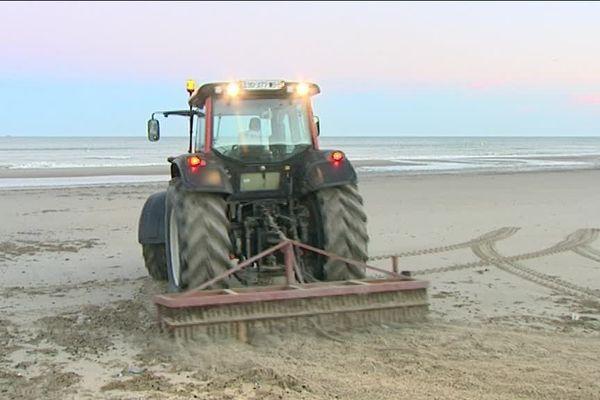 Tous les matins les machines s'activent pour nettoyer la plage avant l'arrivée des estivants.