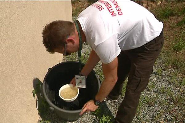 L'équipe d'intervention de la CAVEM éradique les larves de moustiques dans les eaux stagnantes des particuliers pour éviter l'invasion du moustique tigre.