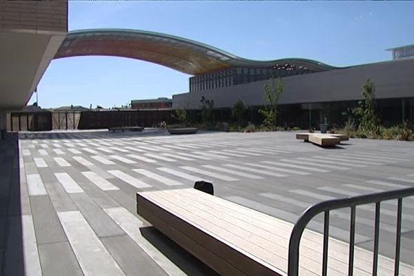 Le lycée Christian Bourquin a été évacué lundi 2 mai pour des raisons de sécurité suite à une grosse rafale de vent qui a arraché des éléments décoratifs sur le toît de l'établissement.