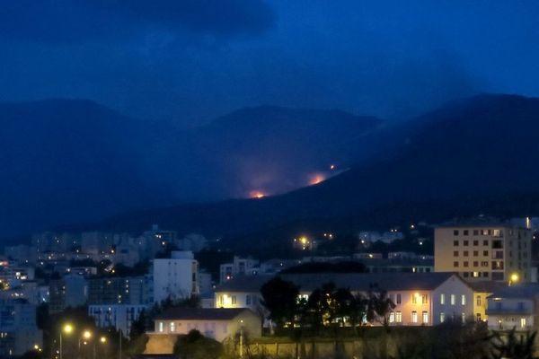29/01/15 - Un important incendie s'est déclaré jeudi après-midi sur les hauteurs de la commune de Furiani au sud de Bastia (Haute-Corse), dans une zone difficile d'accès