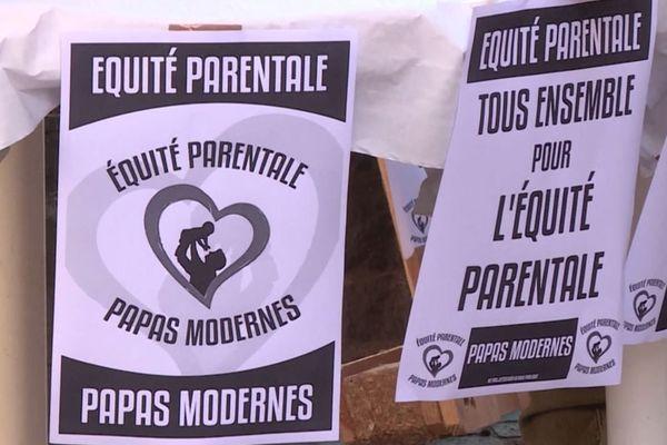 """Des pancartes réclamant """"l'équité parentale"""" lors de la manifestation du collectif SOS Papa du Tarn."""