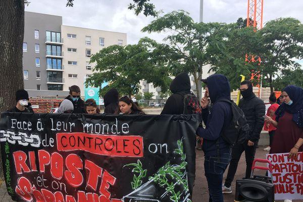 La manifestation contre les violences policières s'est déroulée quartier de la Bouletterie à Saint-Nazaire, un quartier où les rapports entre la police et une partie de la population sont difficiles. Contrôles d'identité au faciès, reprochent les manifestants.