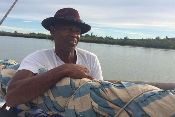 Pêcheur à bord d'une boutre, une pirogue construire par les villageois