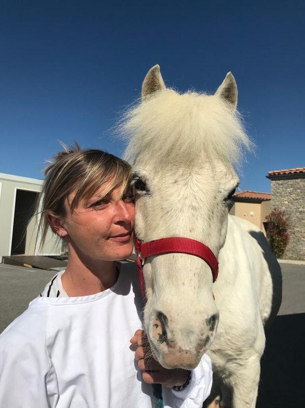 Gersande Oursival et son poney Vendetta. Cette équithérapeute intervient depuis un an au sein de la maison de retraite de Gignac dans l'Hérault, en collaboration avec une ergothérapeute.