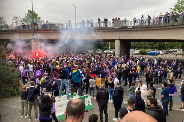 A deux heures du coup-d'envoi, des centaines de supporters se sont mobilisés pour célébrer l'arrivée du bus des joueurs toulousains au Stadium.