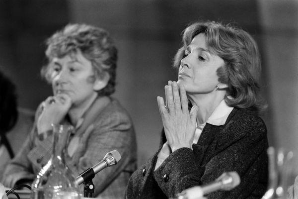 Gisèle Halimi (à droite), en compagnie de l'ancienne ministre en charge des droits des femmes, Yvette Roudy, lors d'une conférence de presse à Paris le 15 octobre 1983.