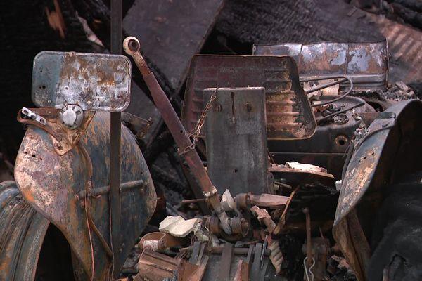 A Guyans-Durnes, le feu semble avoir pris dans cette grange autour d'un vieux tracteur.