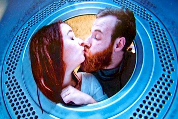In Situ - Les business de l'amour, diffusé le mercredi 9 mars à 23h15. Illustration : Lucie et Etienne dans le LOVOMATIC par Graffalgar, Strasbourg mon amour