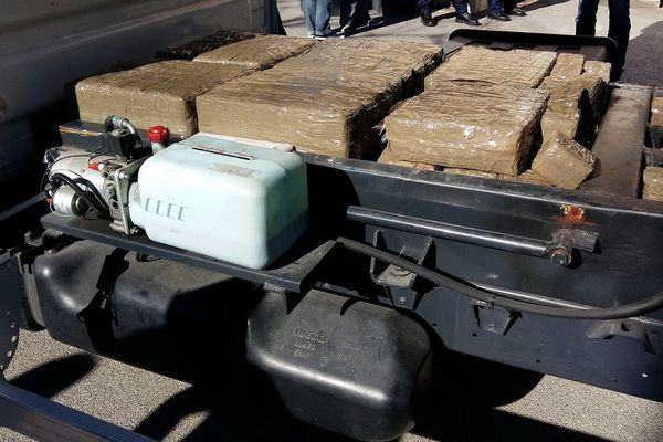 Les douaniers de Narbonne ont saisi une demi-tonne de résine de cannabis soit 464,5 kg. La marchandise se trouvait dans un camion benne, le conducteur a été placé en détention - 22 février 2017