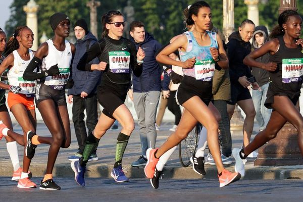 Clémence Calvin bat le record de France au marathon de Paris.