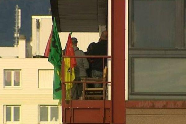 Les drapeaux de la CGT et de Sud Rail sont accrochés au poste de régulation des trains de la gare de Clermont-Fd lundi 16 juin. Les forces de l'ordre ont mis fin à l'occupation du bâtiment.