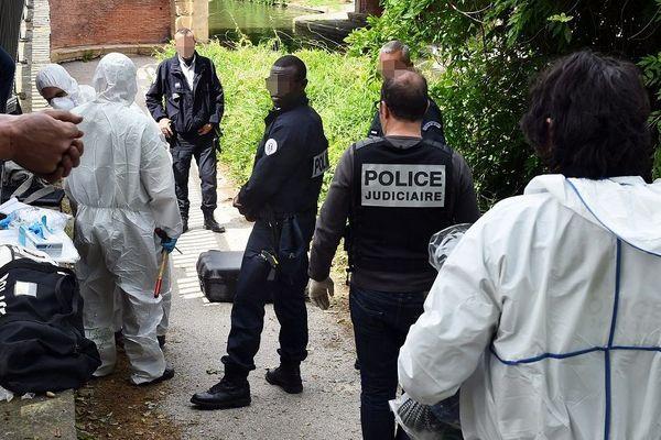Le 26 mai 2016, les policiers du SRPJ enquêtent sur les lieux où un tronc humain dans une valise a été découvert dans le canal du Midi.