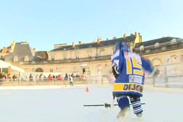Un jeune hockeyeur des Ducs sur la patinoire éphémère de Dijon.