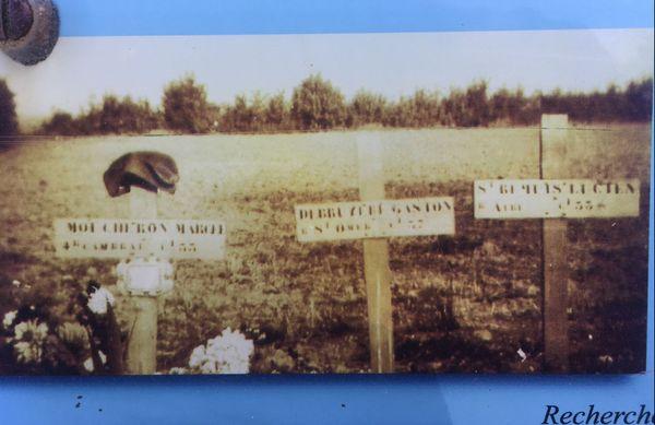 Tombes de soldats français du 4e Dragons Portés en 1940 près du Mont-Saint-Eloi.