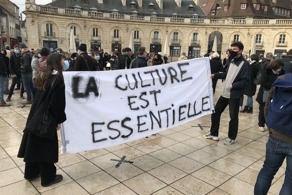 Entre 300 et 400 manifestants du monde du spectacle sont réunis Place de la Libération à Dijon.