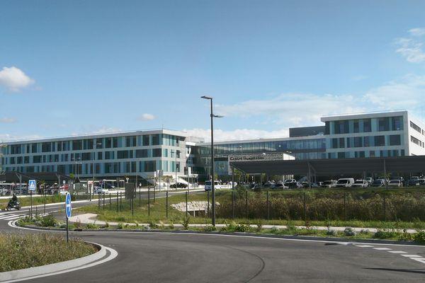 Des ombrières photovoltaïques sont en train d'être placées sur le parking de l'hôpital de Carcassonne. Photomontage.